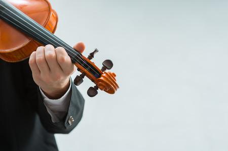 violinista: Violinista talentoso y el rendimiento clásica solista reproductor de música, copia espacio en blanco a la derecha