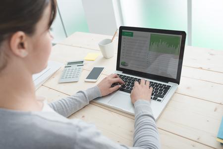 Travailleur de bureau au bureau, dactylographie sur un ordinateur portable, vue arrière Banque d'images - 61531366