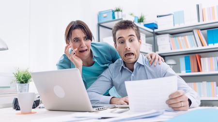 Stressed jonge paar het controleren van rekeningen, belastingen en bankrekening saldo, worden ze in paniek, schulden en kosten van levensonderhoud begrip