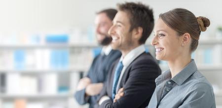 セミナーで自信を持ってビジネスの人々、彼らは笑顔がそして楽しんで
