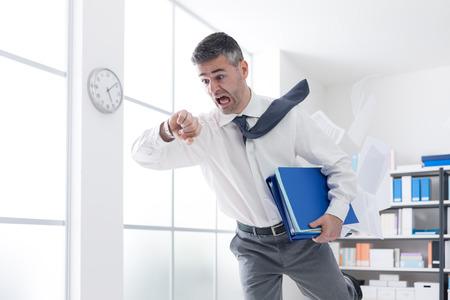 Stressato uomo d'affari ansioso di fretta tempo e in esecuzione il controllo, è in ritardo per il suo appuntamento di lavoro