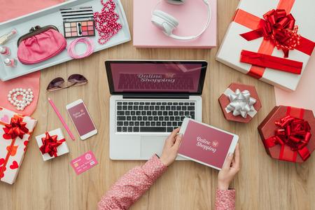 여성 온라인 뷰티 및 패션 제품을 쇼핑과 모바일 결제, 전자 상거래 및 기술 개념을 스톡 콘텐츠