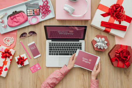 Vrouw winkelen schoonheid en mode-producten online en het maken van mobiele betalingen, e-commerce en technologie-concept