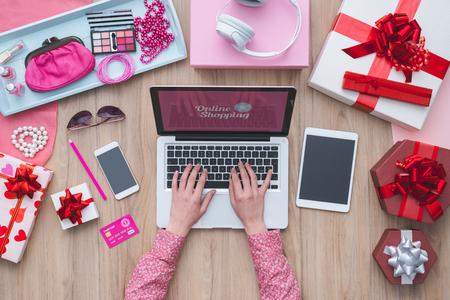 패션 블로거는 노트북 컴퓨터와 사무실 책상에서 일하고 : 패션, 뷰티 및 기술 개념