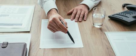 Zakenman die een contract tonen aan de klant alvorens het, overeenkomst en vennootschapconcept te ondertekenen
