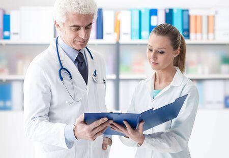 Médico Profesional Y Su Asistente Que Trabaja En La Oficina, Ella Es ...