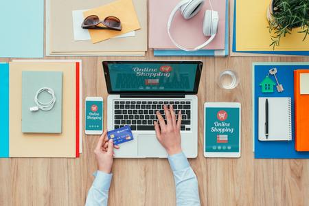 Vrouw die werkt op het kantoor van bureau met een laptop en online winkelen, ze is met behulp van een creditcard, e-commerce en elektronische betalingen begrip Stockfoto - 63505104