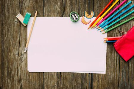 hoja en blanco: Gráfico del niño, la escuela y el concepto de la creatividad, la hoja en blanco, con copia espacio, de vuelta al concepto de escuela, para establecer planos Foto de archivo