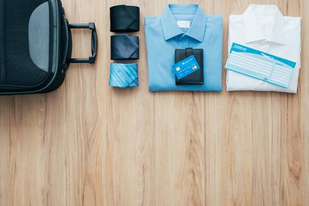 Geschäftsmann immer bereit für eine Geschäftsreise zu verlassen und eine Tasche mit formellen Kleidung, Accessoires und Flugtickets Verpackung, Reisen und Business-Konzept, flache lay