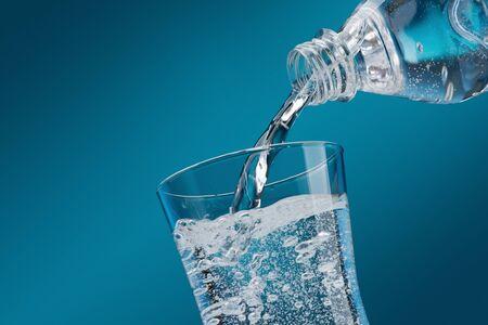 verser l & # 39 ; eau minérale fraîche d & # 39 ; une bouteille dans un concept de l & # 39 ; hydratation et de Banque d'images