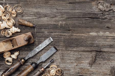 Oude gebruikte houtbewerkingshulpmiddelen op een uitstekende werkbank: timmerwerk, vakmanschap en handwork concept