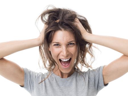 Mulher revoltada e irritada gritando e tendo um dia de cabelo ruim, o cabelo dela está bagunçado e emaranhado