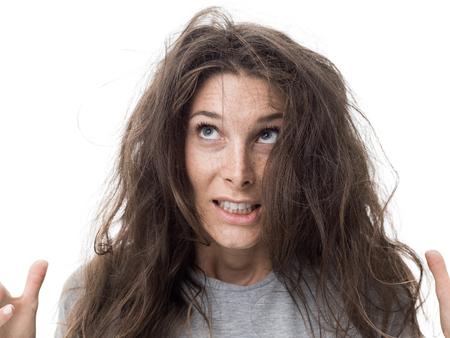 angry jeune femme ayant un mauvais soin des cheveux sont les longs cheveux sont lavés et emmêlés