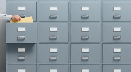 Beambte nemen van een bestand van een archiefkast lade, zakelijke en administratieve concept Stockfoto