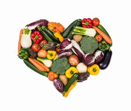 Heart shape composed of fresh colorful vegetables on white background, healthy eating concept Banque d'images