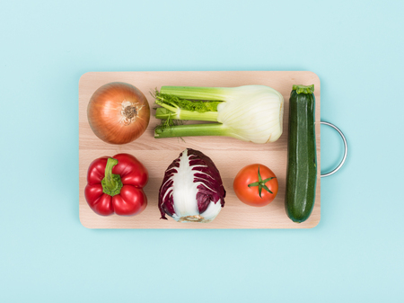 Fresh healthy vegetables on a wooden chopping board, food preparation and healthy eating concept Banque d'images