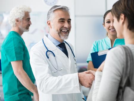 병원 및 의료 팀 환자 손을 떨고 자신감을 의사가 스마일 스톡 콘텐츠