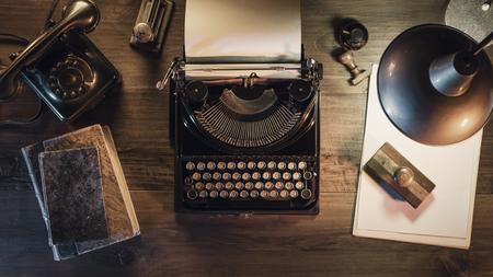 Scrivania da giornalista vintage con macchina da scrivere e lampada retrò, stile anni '50, scrivania piatta