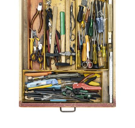 Gebrauchte Heimwerkerwerkzeuge in einer Schubladenansicht von oben, weißer Hintergrund