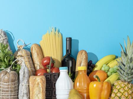 Artículos frescos variados para comprar en el supermercado: verduras, frutas, bebidas, lácteos y embutidos