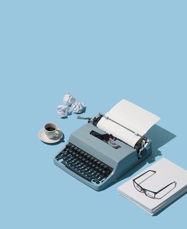 Encabezado de máquina de escribir vintage y montones de hojas en blanco, concepto de escritor y blogger de antaño, objetos isométricos