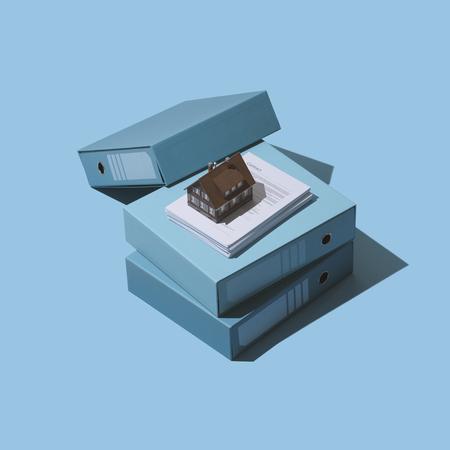 Construction de maisons et immobilier : maison modèle, pile de paperasse et contrat Banque d'images