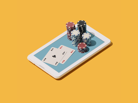 Online Texas hold 'em poker game app: stacked chips and cards on a touch screen smartphone 免版税图像