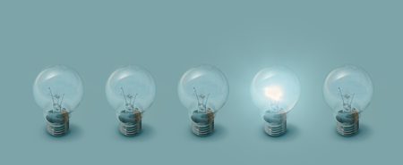 Une ampoule allumée à côté d'ampoules éteintes : concept de créativité, d'idées et d'inspiration Banque d'images