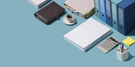 Professioneller Business- und Finanz-Desktop mit Ordnern, Organizer und Papierkram, Corporate Business Management-Konzept