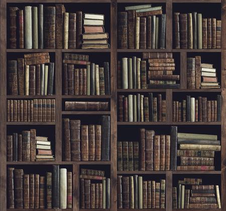 Verzameling van waardevolle oude boeken op een houten boekenkast: kennis, cultuur en onderwijsconcept Stockfoto