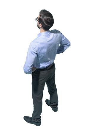 Fiducioso uomo d'affari in piedi con le braccia sui fianchi e guardando lontano, sfondo bianco,