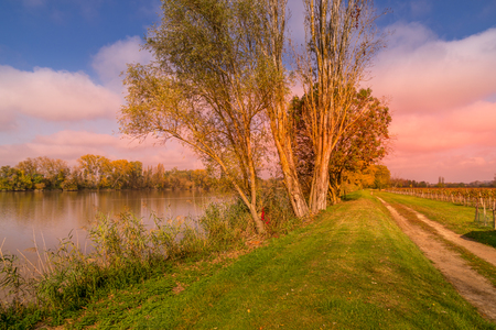 Autumn sunset on a waterway of the Dordogne river near a vineyeard near Bordeaux in France. Stockfoto