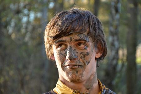 volto uomo: Uomo molto sporco e il suo dettaglio del viso