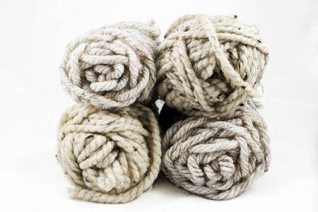 Quattro matasse di grosso, filato di lana di colore neutro Archivio Fotografico - 51863917