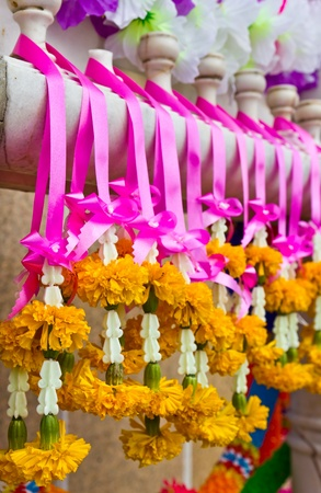 Garland with real and fake flowers with vivid colors Stockfoto