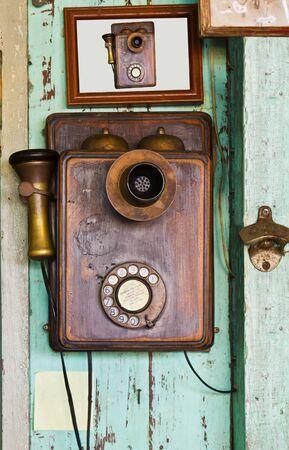 Een oude telefoon vintage op oude muur Stockfoto - 9878149
