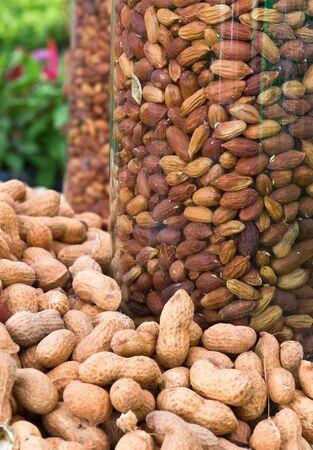 bocaux en verre: Peanuts dans des bocaux en verre pour la vente, le march� en Tha�lande