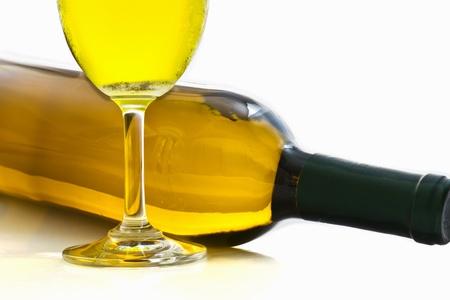 Flessen en glazen wijn op een witte achtergrond Stockfoto - 10730758