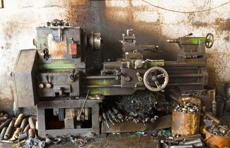 lathe: Old lathe in manufacturing