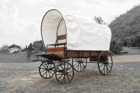 Oude wagenwielen huifkar in het park in zwart-witte achtergrond