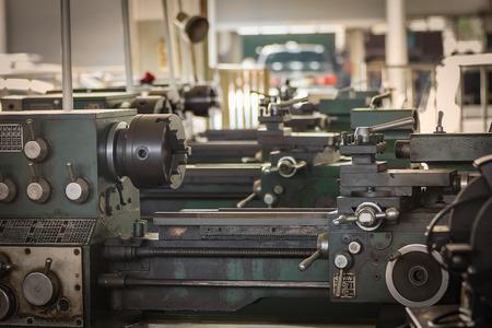 ferreteria: Vieja máquina de torno de metal en el taller Foto de archivo