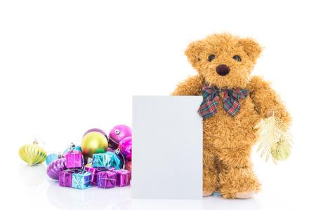 oso de peluche: Oso de peluche con los regalos y la tarjeta de felicitación en blanco sobre fondo blanco