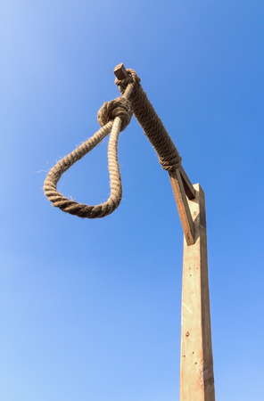 ahorcado: Horca y cuerda verdugo contra un cielo azul Foto de archivo