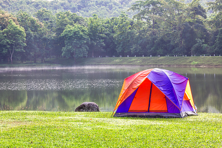 Tourist dome tent camping in forest camping site at lake side Banque d'images - 102588971