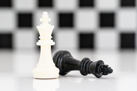 Close-up Set van zwarte en witte schaakstukken op schaakbord, Set schaakcijfers op witte achtergrond
