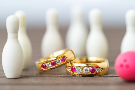 Close up shot wedding rings with bowling pin background Banque d'images - 116922950