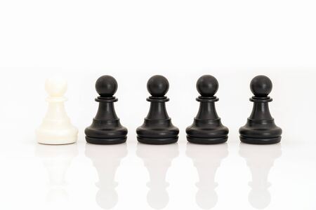 Primo piano di pezzi di scacchi in bianco e nero sulla scacchiera, set di figure di scacchi su sfondo bianco