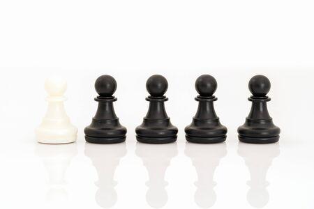 Zbliżenie czarno-białe szachy na szachownicy, zestaw figur szachowych na białym tle