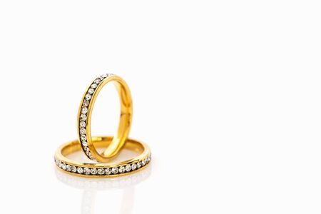 Closeup Gold ring diamond gem. Gold wedding rings with diamond on white background 免版税图像