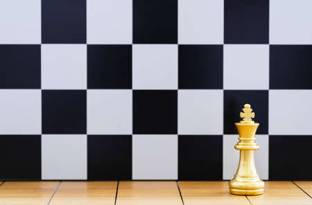 Gold king chess piece and various chess pieces stand on wood chessboard ,Concept of leadership game of strategy Stockfoto